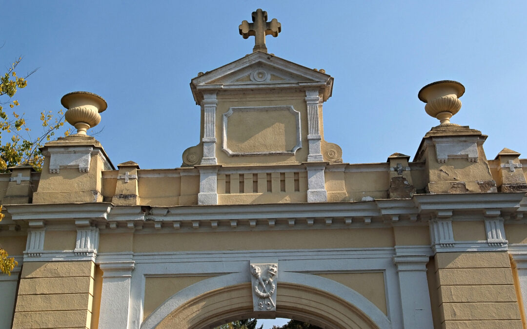 Megújult a Pécsi Köztemető kőműves-virágos műemlék jellegű épülete és felavatásra kerül a Divják-tábla