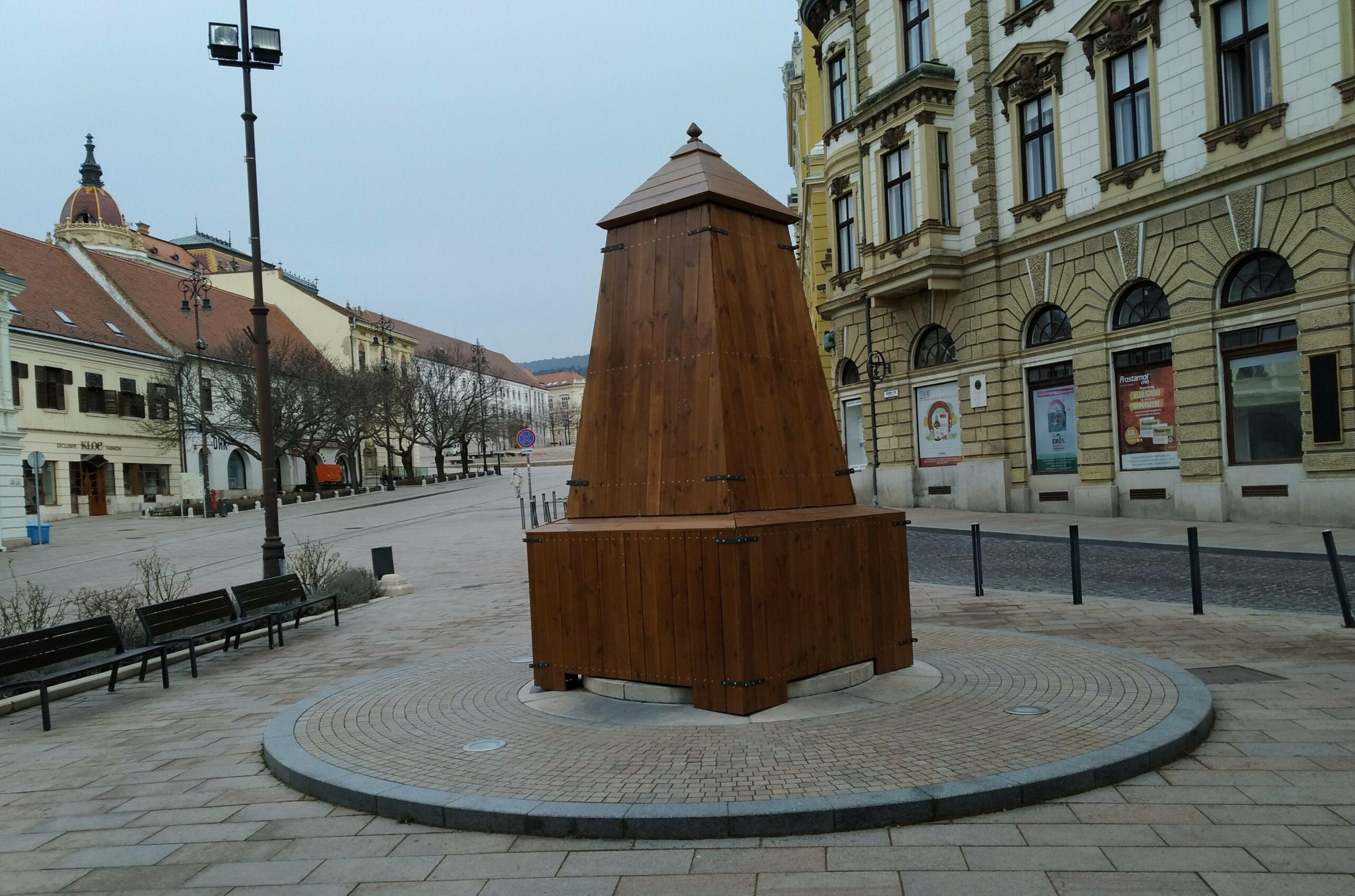 Lekerülnek a védőburkolatok a pécsi szobrokról